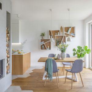 Nowoczesna wisząca półka w jadalni i salonie. Projekt: Zu Projektuje. Fot. Pion Poziom