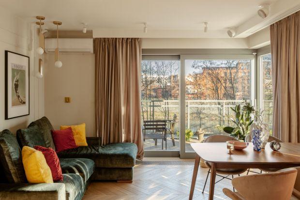 W małym salonie dekoracja okna jest szczególnie ważna. Nie tylko doda uroku, ale też pomoże optycznie powiększyć wnętrze.
