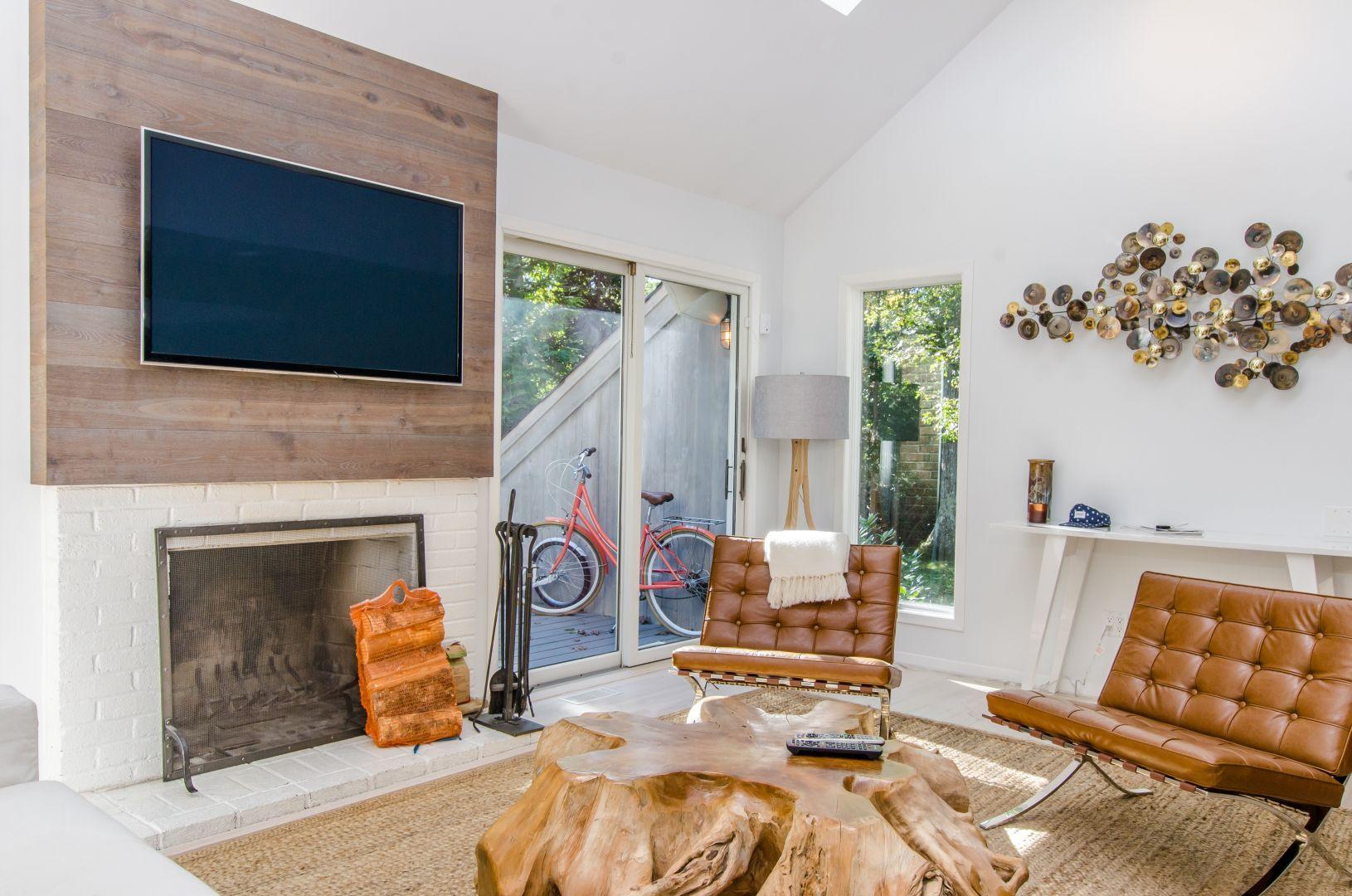 Aranżacje i usytuowanie kominka są różne. Dużą popularnością cieszą się projekty domów uwzględniające przestrzeń dzienną obejmującą kuchnię, jadalnię i salon. Fot. Unico