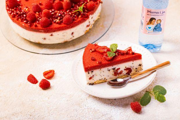 Sernik stracciatella z malinami jest łatwy w przygotowaniu i nie wymaga pieczenia. W towarzystwie soczystych malin, kawałków czekolady i delikatnego musu z galaretki stanowi zarówno pyszną, jak i lekką deserową przekąskę.
