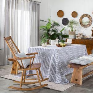 Jasny salon w stylu boho ożywiają rośliny, w tym odmiana palmy. Fot. Dekoria