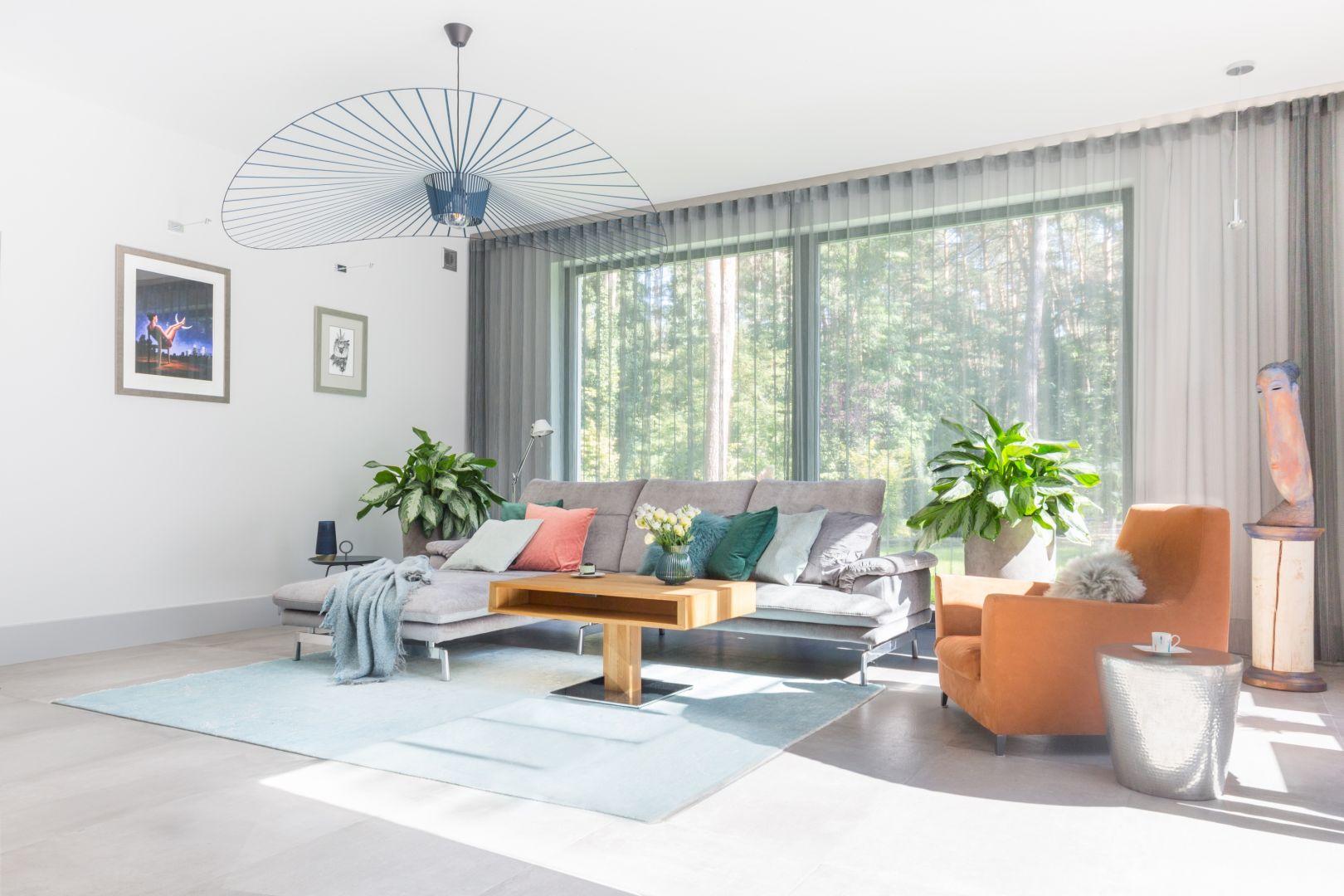 Stylowe pastelowe wnętrze z imponującymi roślinami wygląda jeszcze okazalej. Projekt: Małgorzata Denst. Fot. Pion Poziom