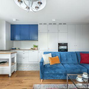Nowoczesna biała kuchnia, która piękne ożywia kolor niebieski. Projekt: Justyna Mojżyk, poliFORMA. Fot. Monika Filipiuk-Obałek