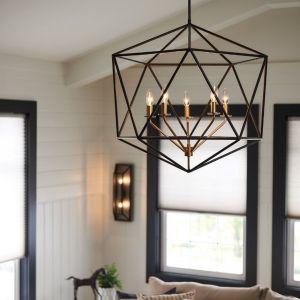 Lampa wisząca w loftowym stylu, składająca się z geometrycznej ramy i oryginalnego systemu oświetleniowego, który wydaje się unosić w powietrzu. Średnica: 71,1 cm. Producent: Distinctive Lighting