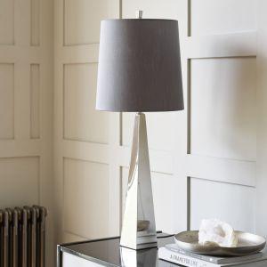 Elegancka lampa stołowa, podstawa w kolorze polerowanego niklu, idealnie sprawdzi się w salonie lub sypialni w stylu glamour. Wysokość z kloszem 79 cm. Producent: Distinctive Lighting