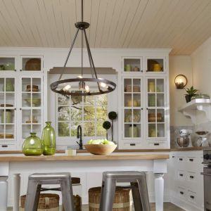 Nowoczesny owalny żyrandol świetnie sprawdzi się nad wyspą kuchenną lub stołem. Producent: Distinctive Lighting