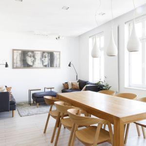 Największą powierzchnię w mieszkaniu zajmuje salon z kuchnią. Projekt: Paulina Kostyra-Dzierżęga. Fot. Barbara Adamek