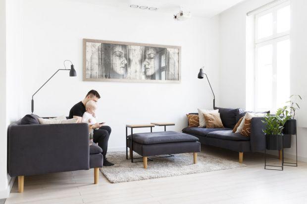 Wchodząc do mieszkania wzrok od razu przykuwają trzy bazowe elementy: biel, szarość i drewno. Stonowane barwy tworzą minimalistyczne, spójne wnętrze, które urzeka przestronnością i jasnością.<br /><br />