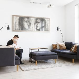 Mieszkanie jest przestronne i bardzo dobrze oświetlone dzięki ogromnym oknom z widokiem na miasto, wychodzącym na wschód i zachód. Projekt: Paulina Kostyra-Dzierżęga. Fot. Barbara Adamek