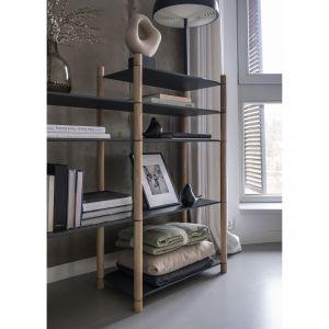 Półki i różnej wysokości drewniane drążki w zestawie wystarczą, by tworzyć własne wersje ażurowego regału. Fot. Miuform / B line