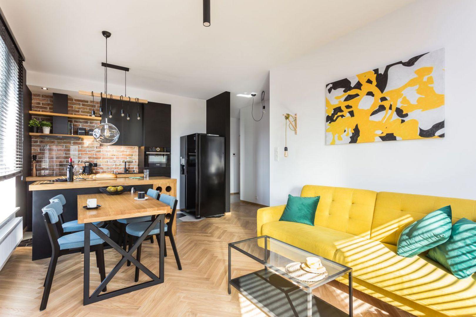 Kolor żółty w salonie. Projekt: arch. Karolina Karwowska. Fot. Michał Młynarczyk