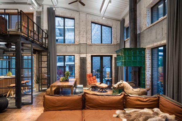 Projekt o nazwie Hayloft to dom, który dwaj ukraińscy architekci pracowni Loft Buro - Oleg Volosovsky i Elena Logvynets, mąż i żona - zbudowali dla swojej rodziny w Kijowie, wyobrażając sobie go jako zbiór kultur, kolorów, materiałów, antyków.