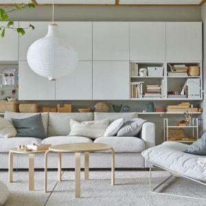Białe szafki ścienne w salonie z kolekcji Besta dostępne w IKEA. Fot. IKEA