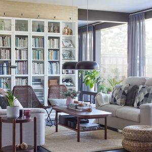Biały regał do salonu z kolekcji Billy / Oxberg dostępny w IKEA. Fot. IKEA
