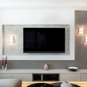 Jasna, szara szafka pod telewizor w salonie. Projekt i zdjęcia: pracownia KODO Projekty i Realizacje Wnętrz