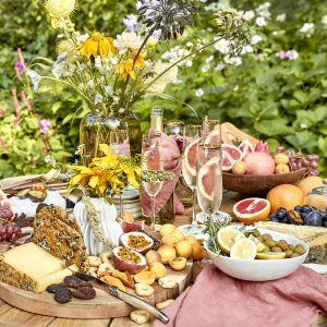 Pomysł na piknik w ogrodzie. For. WestwingNow