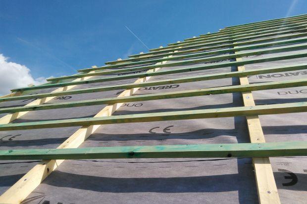 Montaż odpowiednio dobranej membrany jest dobrą inwestycją gwarantującą bezawaryjną eksploatację dachu przez długie lata. Rozwiązanie to cieszy się dużą popularnością i obecnie praktycznie dominuje, jeśli chodzi o wstępne krycie dachu.&l