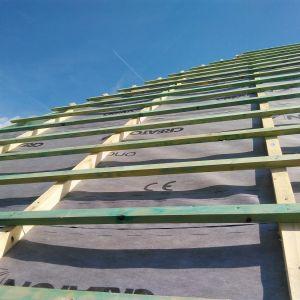 Membrany dachowe układane pod połaciami dachowymi, podczas montażu bardzo często narażone są na uszkodzenia mechaniczne. Z tego powodu powinny mieć odpowiednią wytrzymałość, która zależy głównie od masy. Fot. Creaton Polska