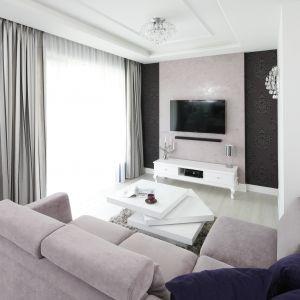 Białe, stylowa szafka pod telewizor w salonie. Projekt: Katarzyna Mikulska-Sękalska. Fot. Bartosz Jarosz