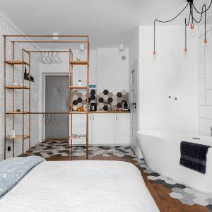Zachowanie tej samej stylistyki pogłębi przestrzeń, a wnętrze będzie wyglądało na większe. Projekt Decoroom fot Mateusz Pawelski.jpg