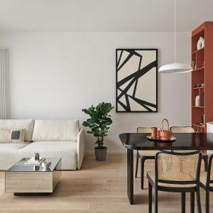 Salon z kuchnią i jadalnią w bloku. Projekt Studio Inbalance Fot. Tom Kurek