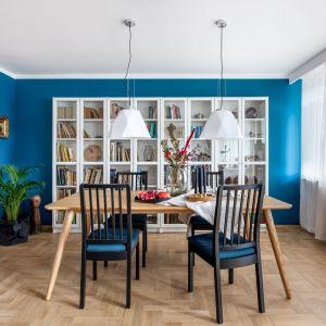 Ściana w jadalni w kolorze niebieskiej. Projekt: Maria Nielubszyc, pracownia Pura Design. Fot. Jakub Nanowski