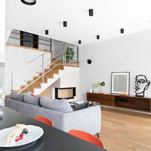 Biały salon ocieplony drewnem. Projekt: MM Architekci. Fot. Jeremiasz Nowak