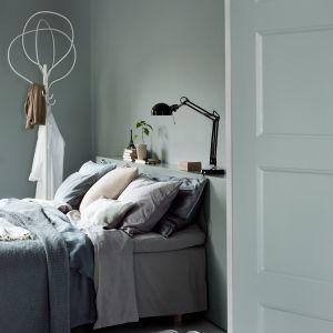 Niezwykle przytulnie, a jednocześnie zjawiskowo będzie prezentować się sypialnia w kojącym odcieniu Sky Grey, który sam w sobie będzie stanowił główną ozdobę wnętrza. Fot. Beckers Designer Colour