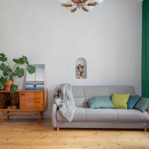 Nieduża, drewniana komoda w salonie. Projekt: Marta Kodrzycka, Marta Wróbel. Fot. Magdalena Łojewska