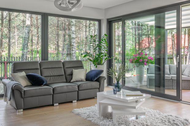 Energooszczędne okna i drzwi tarasowe nie tylko chronią przed ucieczką ciepła, ale również zapewniają optymalne doświetlenie wnętrz i umożliwiają wykorzystaniesłońca do dogrzania pomieszczeń. Podpowiadamy, jak dobrać i rozplanować przesz