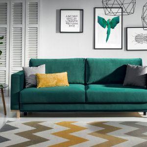Zielona sofa w salonie z kolekcji Modo dostępna w ofercie firmy Wajnert Meble. Fot. Wajnert Meble