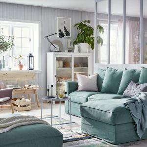 Zielona sofa w salonie z kolekcji Gronlid dostępna w ofercie IKEA. Fot. IKEA