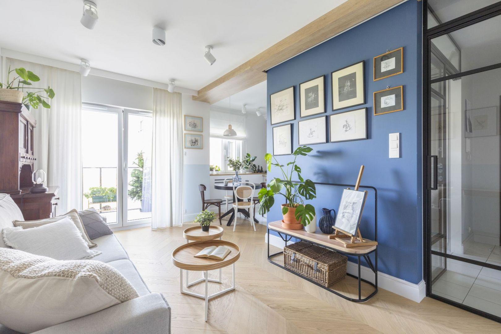 Niebieska ściana w salonie. Joanna Dziurkiewicz, Tworzywo studio. Fot. Pion Poziom