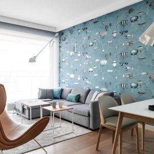 Niebieska tapeta na ścianie za kanapą w salonie. Projekt Anna Maria Sokołowska. Fot. Fotomohito