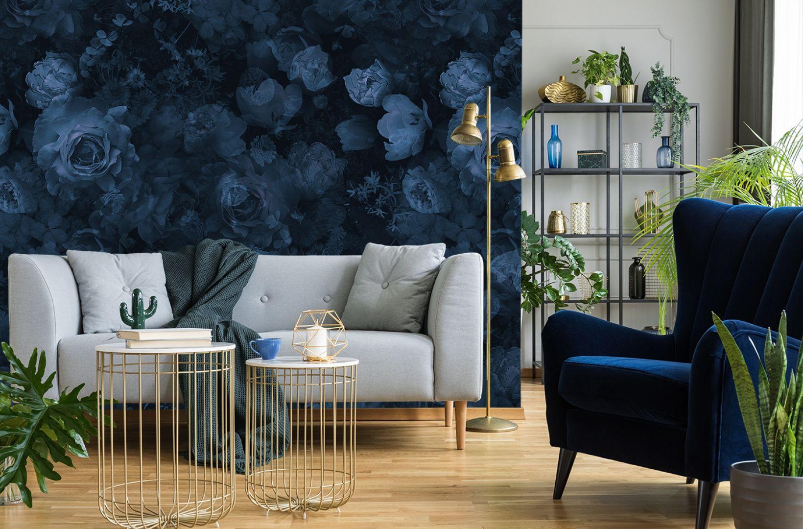 Ściana w salonie. Pomysł 1: granatowa fototapeta z kwiatowym lub roślinnym wzorem. Na zdjęciu tapeta dostępna w sklepie Myloviev.pl
