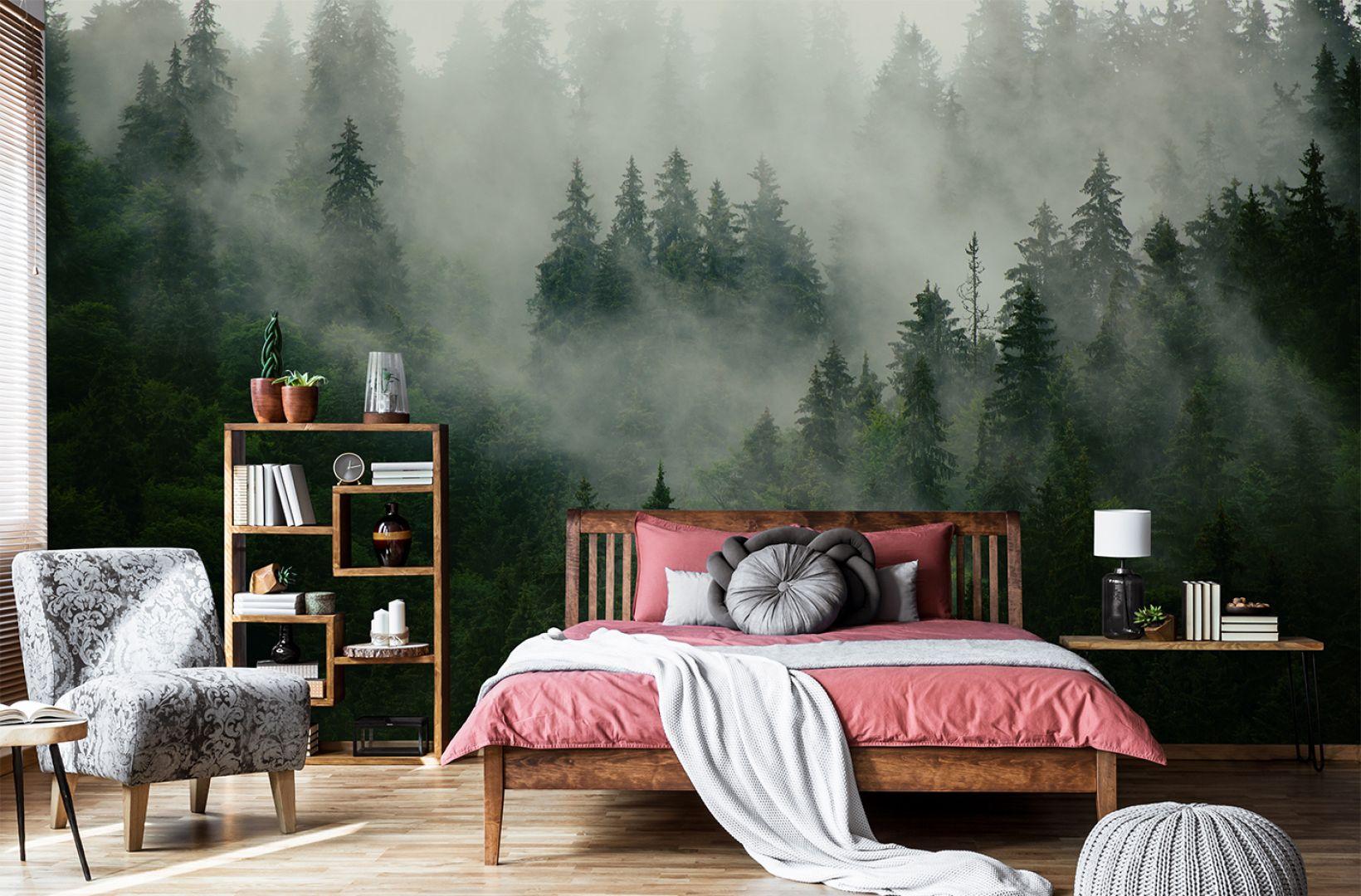 Ściana w salonie. Pomysł 3. Las we mgle - popularny motyw na ścianę do salonu i sypialni. Na zdjęciu tapeta dostępna w sklepie Myloviev.pl