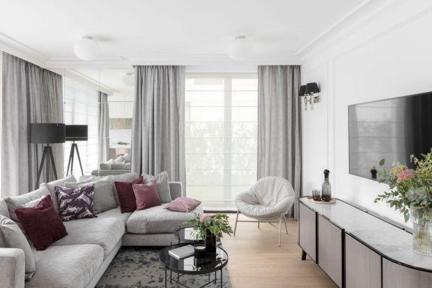 Jak udekorować okno w salonie? Polecamy 10 dobrych pomysłów na zasłony, firanki i rolety w pokoju dziennym! Same modne aranżacje!