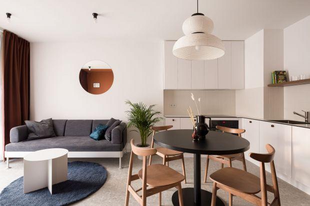 Niewielkie, 40-metrowe mieszkanie znajduje się w dawnej fabryce tytoniu w Łodzi. Zaprojektowane jest minimalistycznie i nowocześnie. Znajdziecie tuecha dawnego industrialnego klimatu, ale nie wysuwają się one na pierwszy plan.