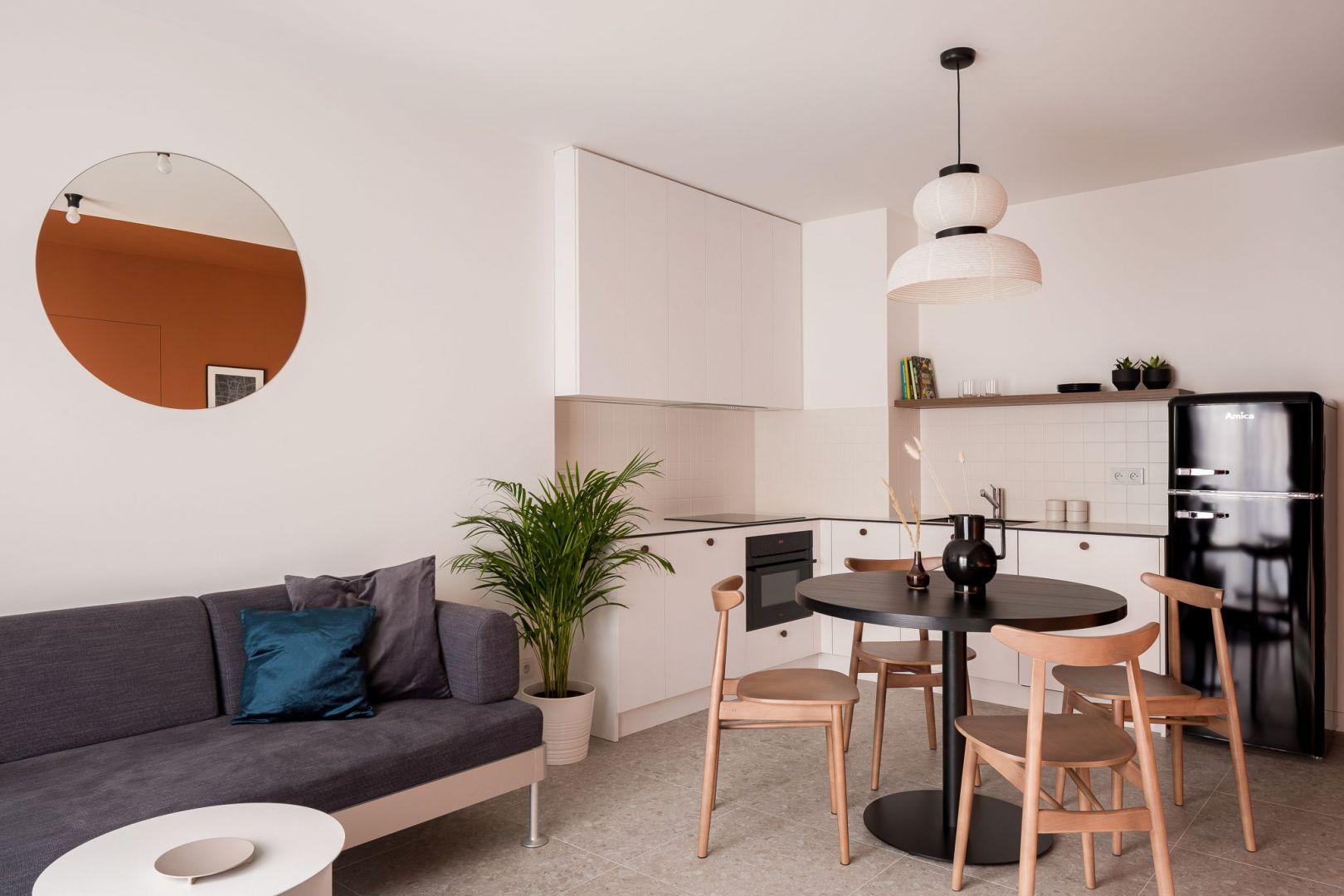 Nieduży salon został połączony z kuchnią oraz z jadalnią. Projekt: pracownia 3XEL. Fot. Dariusz Jarząbek