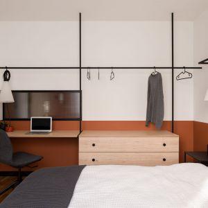 Funkcję szafy garderobianej pełnią w sypialni relingi, na których zawieszono również oświetlenie. Projekt: pracownia 3XEL. Fot. Dariusz Jarząbek