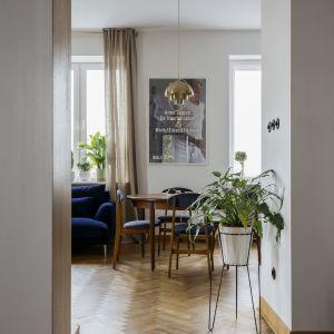 W mieszkaniu pozostawiono oryginalne parkiety. Projekt: in architekci, Anna Białobrzewska. Zdjęcia: Hanna Połczyńska, Kroniki Studio