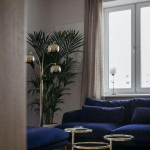 Granatowe sofy to marka Comforty. Projekt: in architekci, Anna Białobrzewska. Zdjęcia: Hanna Połczyńska, Kroniki Studio