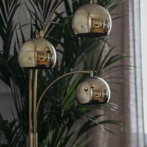 Stylowa lampa stojąca w salonie. Projekt: in architekci, Anna Białobrzewska. Zdjęcia: Hanna Połczyńska, Kroniki Studio