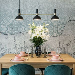 Drewniany stół w salonie. Projekt i wykonanie KODO Projekty i Realizacje Wnętrz
