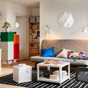 Stolik kawowy w białym kolorze na kółkach z kolekcji Tingby dostępny w ofercie IKEA. Fot. IKEA