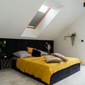 W sypialni króluje czerń, kolor żółty oraz złoto. Projekt: Donata Gadalska, DG Studio. Fot. Jacek Fabiszewski