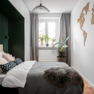 Nieduża sypialnia, w której mocnym elementem jest ciemna ściana za łóżkiem. Projekt: Magdalena i Robert Scheitza, pracownia SHLTR Architekci