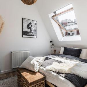 W sypialni głównym elementem jest piękne, naturalne, drewniane łóżko. Lniana pościel dopełnia atmosferę odpoczynku. Projekt: Ewelina Matyjasik-Lewandowska, Chasing the sun. Fot. Tomasz Kazaniecki