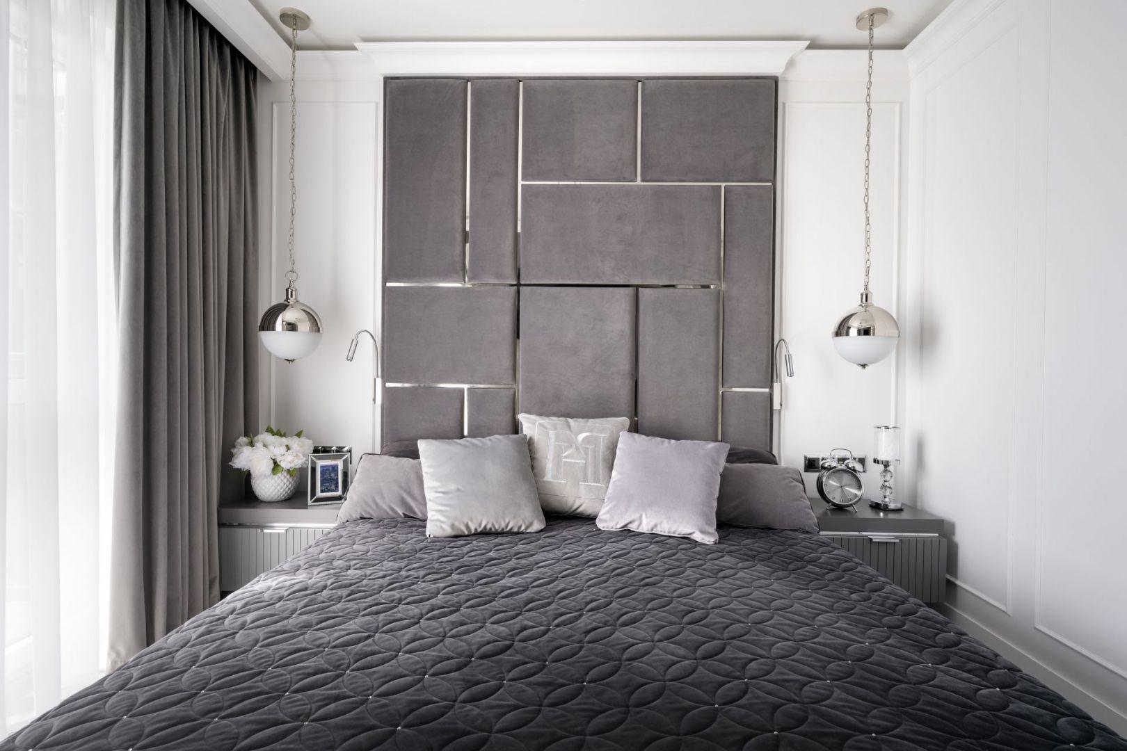W sypialni wrażenie robi zagłówek – błyszczące, chromowane listwy dynamizują aranżację i świetnie komponują się z lampami oraz delikatnymi nocnymi szafkami przy łóżku. Projekt: Magdalena Miśkiewicz, Miśkiewicz Design (architekt prowadzący: Gabriela Radwanowska). Fot. Łukasz Zandecki
