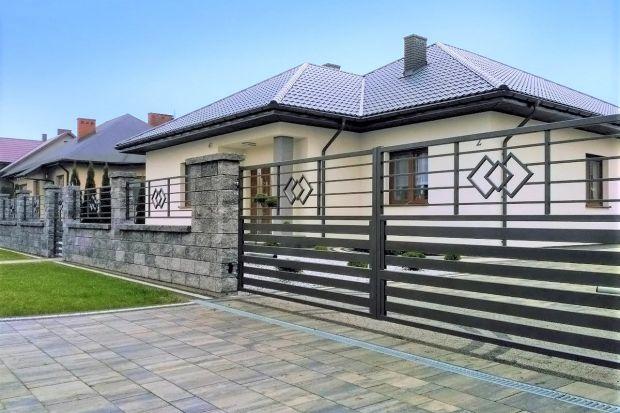Jakie ogrodzenie domu wybrać? Dostępne rozwiązania dają wiele różnych możliwości. Jedną z nich są systemy modułowe. Pozwalają one w prosty sposób, niczym z klocków lego, stworzyć indywidualnie dobraną całość z pasujących do siebie elem